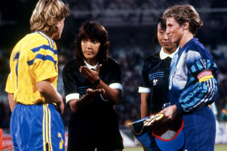 29.11.1991, Close up on referees and captains discussing during the pre-match protocol, prior to the 3rd place playoff between Sweden and Germany, in Guangzhou.